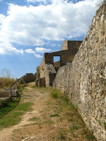 Peratata, Grecia: Стены