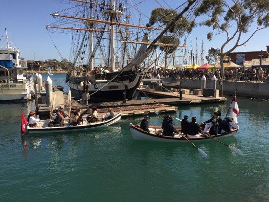 ดานาพอยต์, แคลิฟอร์เนีย: Pirates prepare to board the Pilgrim replica which had British sailors onboard