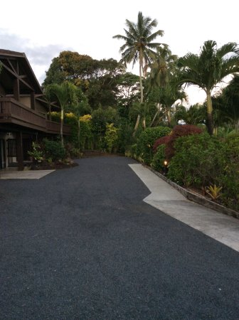 Sea Change Villas: Driveway in front of villa. Gorgeous landscaping!