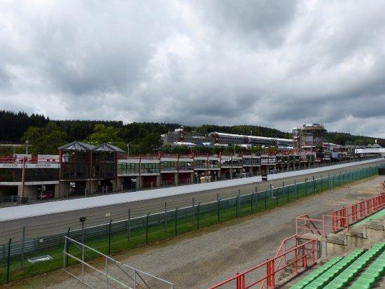 """Circuit de Spa-Francorchamps : Une vue générale du circuit et sa fameuse tour """"UNIROYAL"""""""