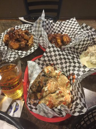 Oakdale, Миннесота: The BEST wings--Black Venom, hypocritical ranch, blue moon, and PB&J!