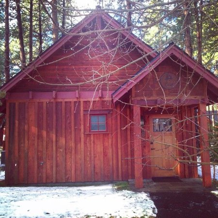 Sisters, OR: Cabins on the grounds have a trail that leads to the main lodge.