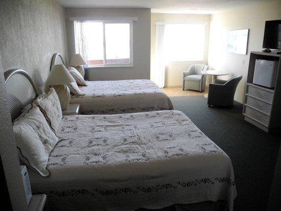 Bandon Beach Motel: A view of our 2queens windows with ocean views.