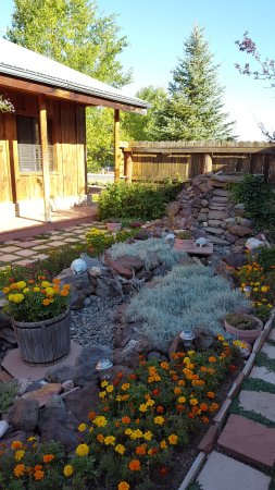 Grand Canyon Bed and Breakfast: Patio garden