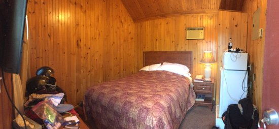 Traveller's Haven Motel: Panorama of the inside of our cabin - sorry for the mess but this was the morning of day 2!