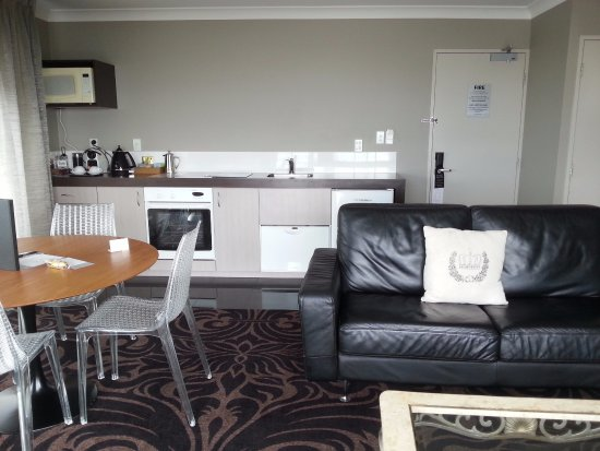 New Plymouth, Nueva Zelanda: Kitchen, dining, living with mini bar, and laundry.
