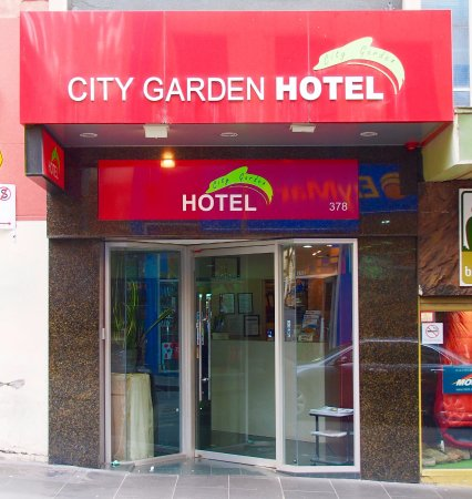 City Garden Hotel: Entrance to the hotel
