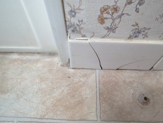 Sutton, Австралия: Cracked tiles in bathroom.