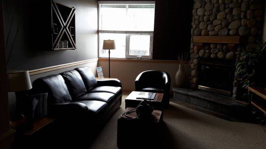 Sunset Resorts Canmore: Suite, main room