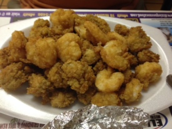 Winterville, NC: This is a senior plate of fried shrimp and oysters! Lots to eat.