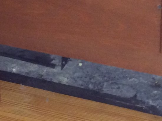 Williamsburg Lodge-Colonial Williamsburg: Close-up of the big gap in the wall under the air-conditioner.