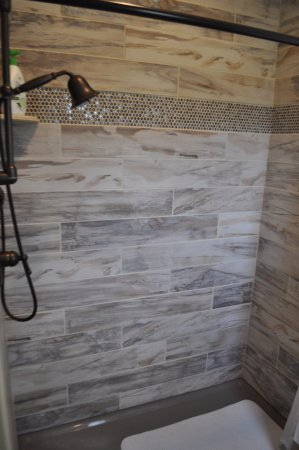 Manson, WA: Log room bath.  All rooms have tile or natural stone full baths.