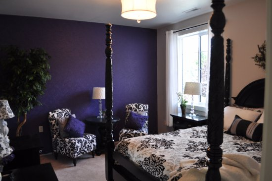 Manson, WA: Violet room, beautiful black and white with a touch of violet.