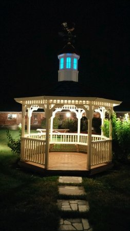 Weathervane Motor Court: Beautiful gazebo..