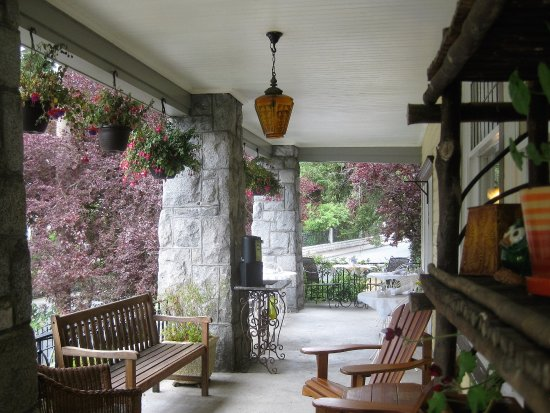 ‪‪Abbeymoore Manor Bed and Breakfast Inn‬: First floor veranda - sooo inviting!‬