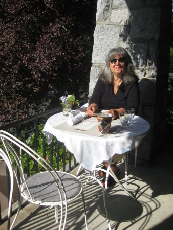 Abbeymoore Manor Bed and Breakfast Inn: Breakfast on the balcony - it doesn't get better than this!
