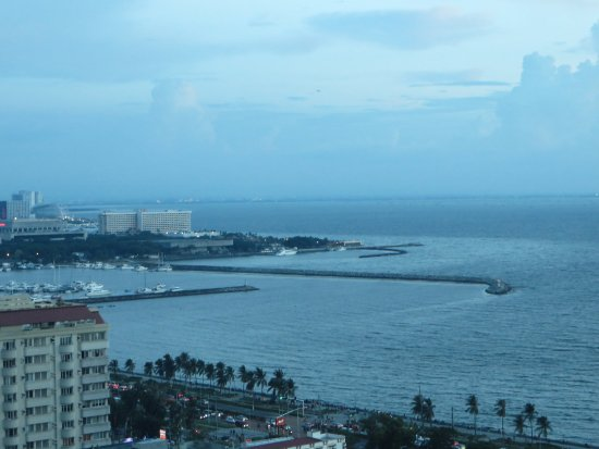 Metro Manila, Filipinler: View of Manila Bay from the Pacific Lounge at dusk.