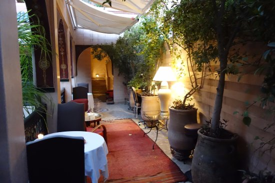 Riad Dar Anika: walkway to rooms