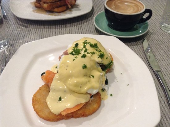 Kaitaia, Nueva Zelanda: eggs benedict with salmon on hash browns plus some of that great coffee