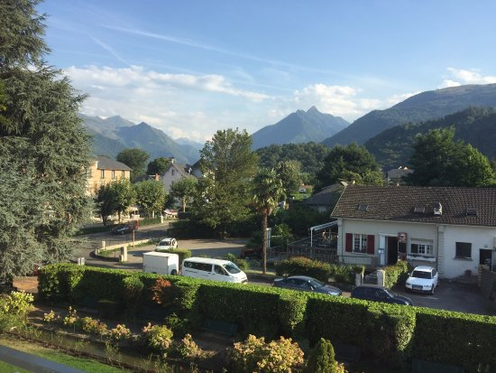 Hôtel le Miramont : Looking south towards the Pyrenees. Our cycling van in the foreground.