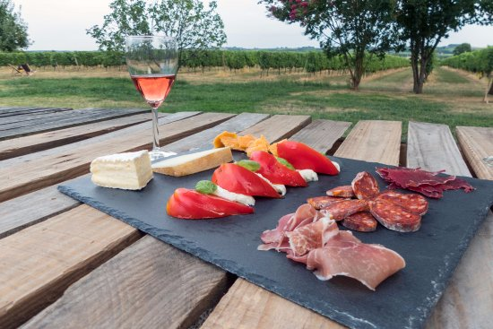 Camiran, Francia: Order supper and select a local wine