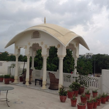 Hotel Meghniwas: This is the roof. A very specious place where you can sit for a long time.
