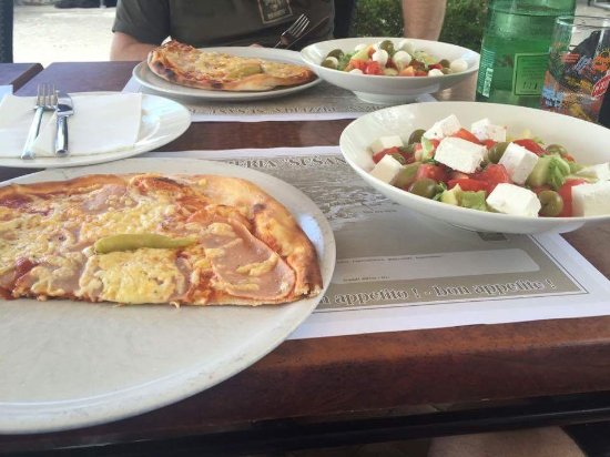 Karlobag, Croacia: Pizza picante s jednou feferonkou