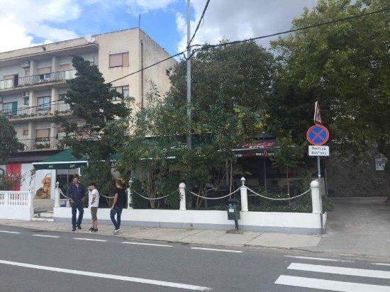 Karlobag, Croacia: Přiléhajici zahrádka restaurace