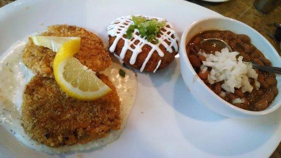 West Jefferson, Carolina do Norte: Salmon cakes on dill sauce, potato cake, pintos.