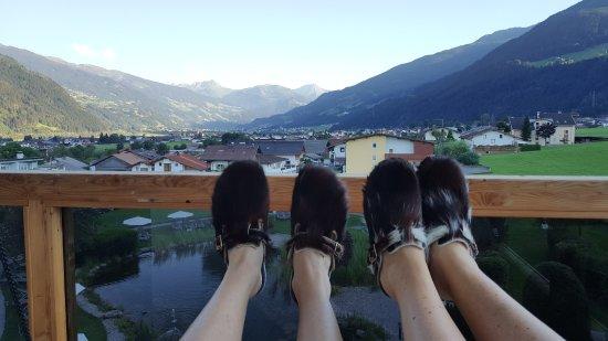 Fugen, Austria: Gemütlicher Ausblick von der Balkonschaukel
