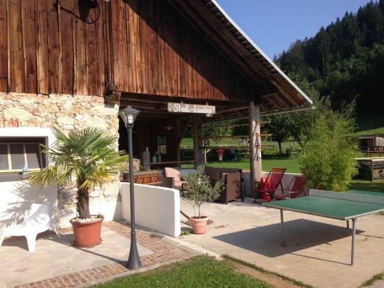 Ledenitzen, Австрия: Unsere Stadl-Lounge. Mit Blick auf Kirche und Spielplatz.