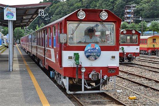 Shizuoka Prefecture, Japón: 井川線車両、アプト区間では専用電気機関車を連結します