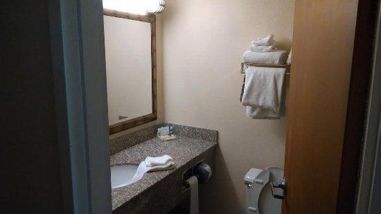 Staunton, Wirginia: Weird presentation of towel in the sink.