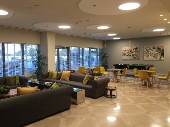 Sadot Hotel: Nice common area with pool table