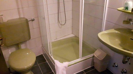 Hotel & Restaurant Krone Riesling: Zu klein. Etwa 1,5 Quadratmeter. Mini Ablage,