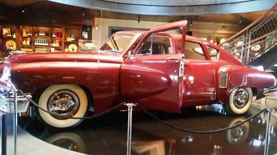 Geyserville, Californie : Tucker car on display, next to wine tasting area