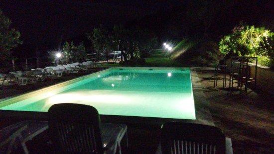 Agriturismo Il Corbezzolo: piscine sera