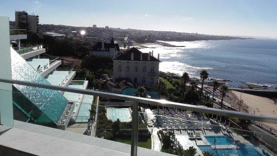 Hotel Cascais Miragem: Blick über das Hotelgelände bei Tag entlang der Atlantikküste in Richtung Lissabon