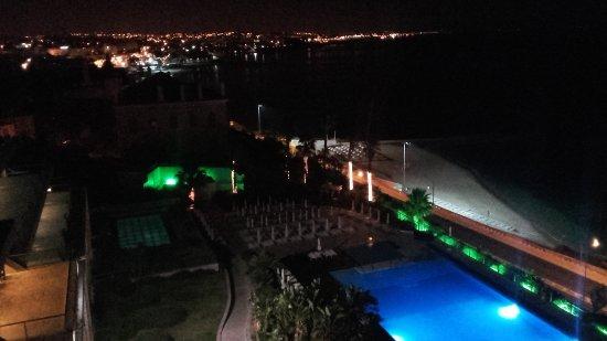 Hotel Cascais Miragem: Blick über das Hotelgelände bei Nacht. Im Hintergrund ist Lissabon