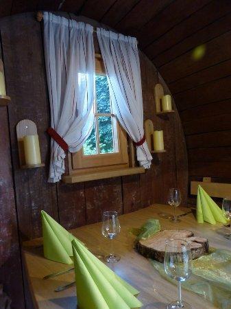 Achern, Alemania: bien à l'abri de la pluie dans le tonneau, super convivial pour petite tablée de 6 personnes
