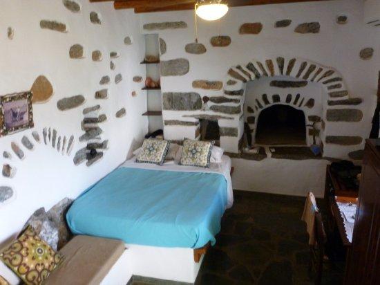 Aegiali, Yunani: Vue vers le lit (et le four à pain !)