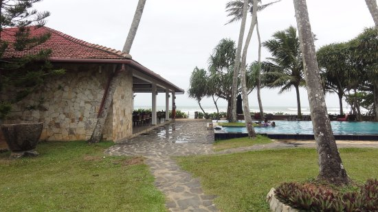 Weligama Bay Resort: Restaurant, pool and sea wiew