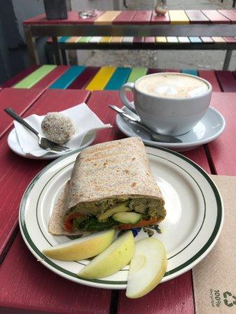 goodies berlin babaganoush wrap milchkaffee und n energy ball