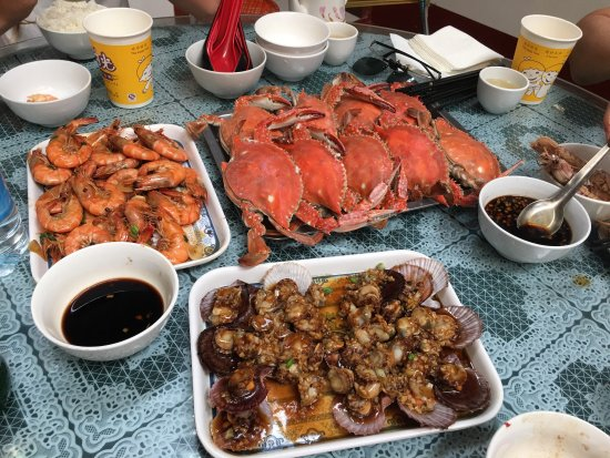 Rizhao, Cina: We had an amazingly fresh seafood meal and enjoyed the amusements at the beach. The locals are v