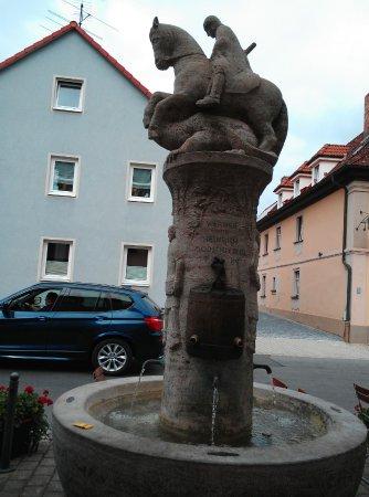 Buttenheim, Germania: Brunnen vor dem Eingang