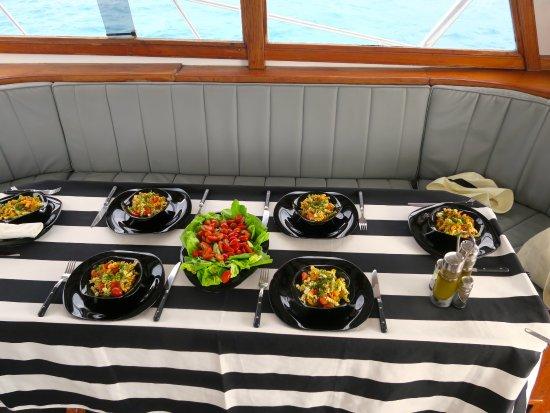 Grande Riviere Noire: table préparée par l équipage