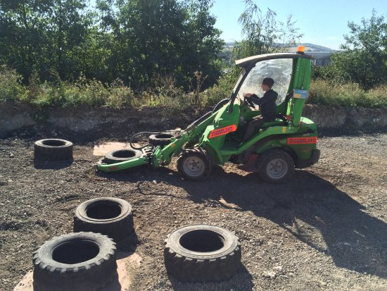 Strood, UK: Stacking Tyres the easy way.