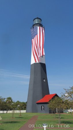 Tybee Island Lighthouse Museum: The lighthouse all decked out in her colors