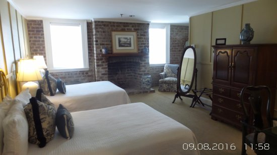 Presidents' Quarters Inn: Jimmy Carter Room - Ground floor two queens