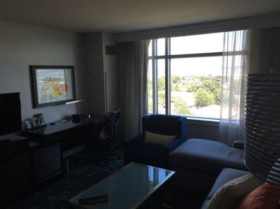 Renaissance Arlington Capital View Hotel: Suite - Lounge area
